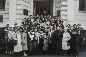 Збори гомеопатичних курсантів різних випусків. Київ, 1989. Біля фасаду Державної медичної бібліотеки